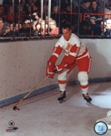 Gordie Howe - Skating with puck