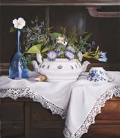 Afternoon Tea con Bottiglia Blu Fine Art Print